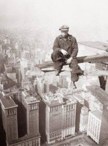 Un trabajador durante la construcción del Empire State