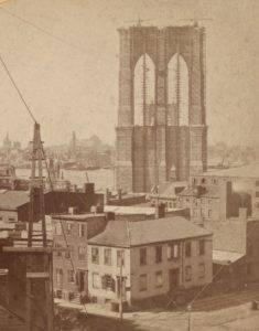 una de las torres del puente de brooklyn en construcción