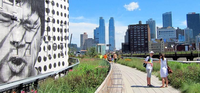 Gente paseando por el highline en Nueva York