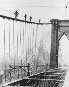 obreros durante la construcción del puente de brooklyn